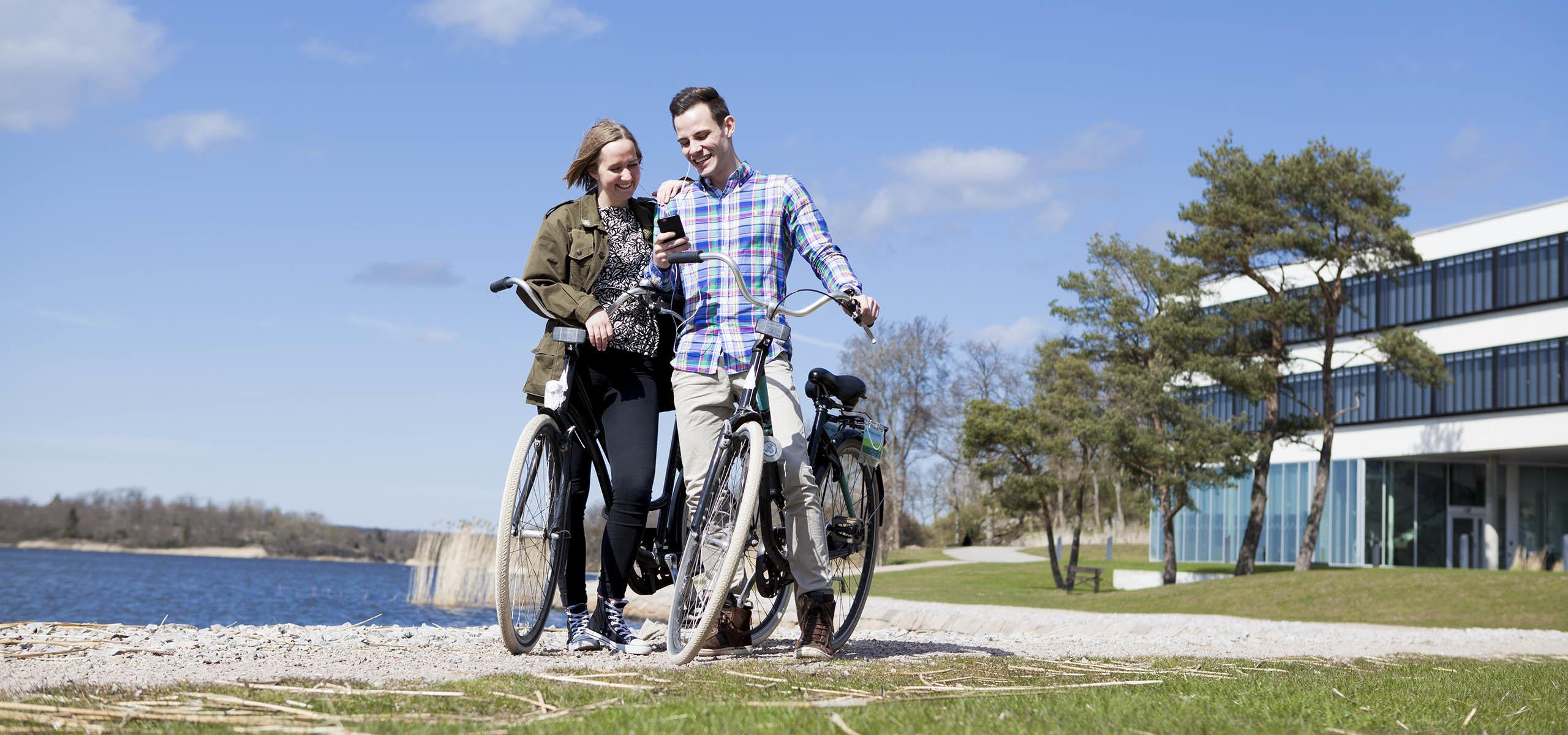 två studenter på cykel