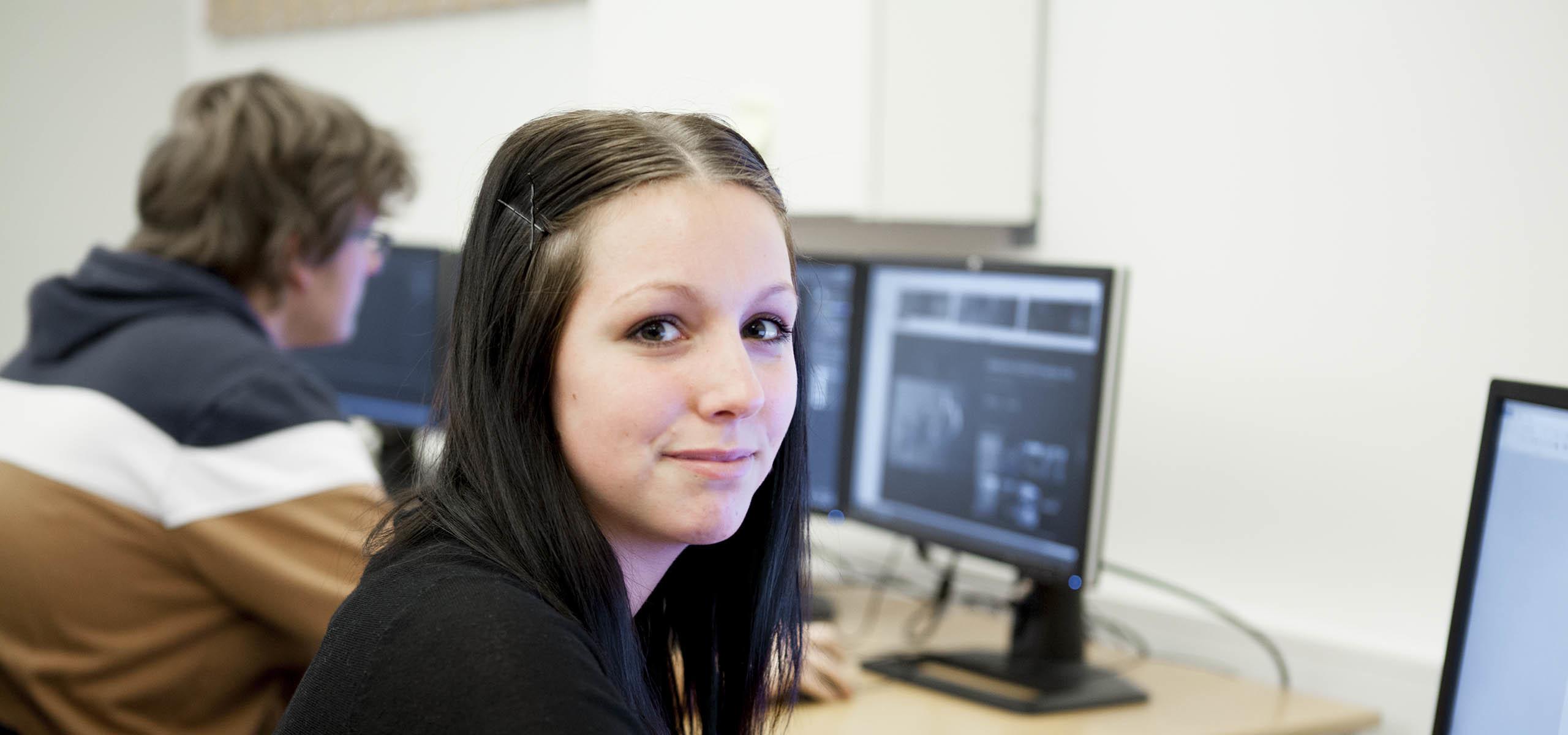 TECHNICAL ARTIST I SPEL, kvinnlig student i datorsal
