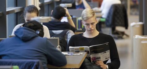 studenter på biblioteket