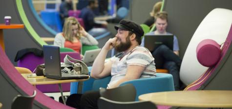studenter pluggar i biblioteket