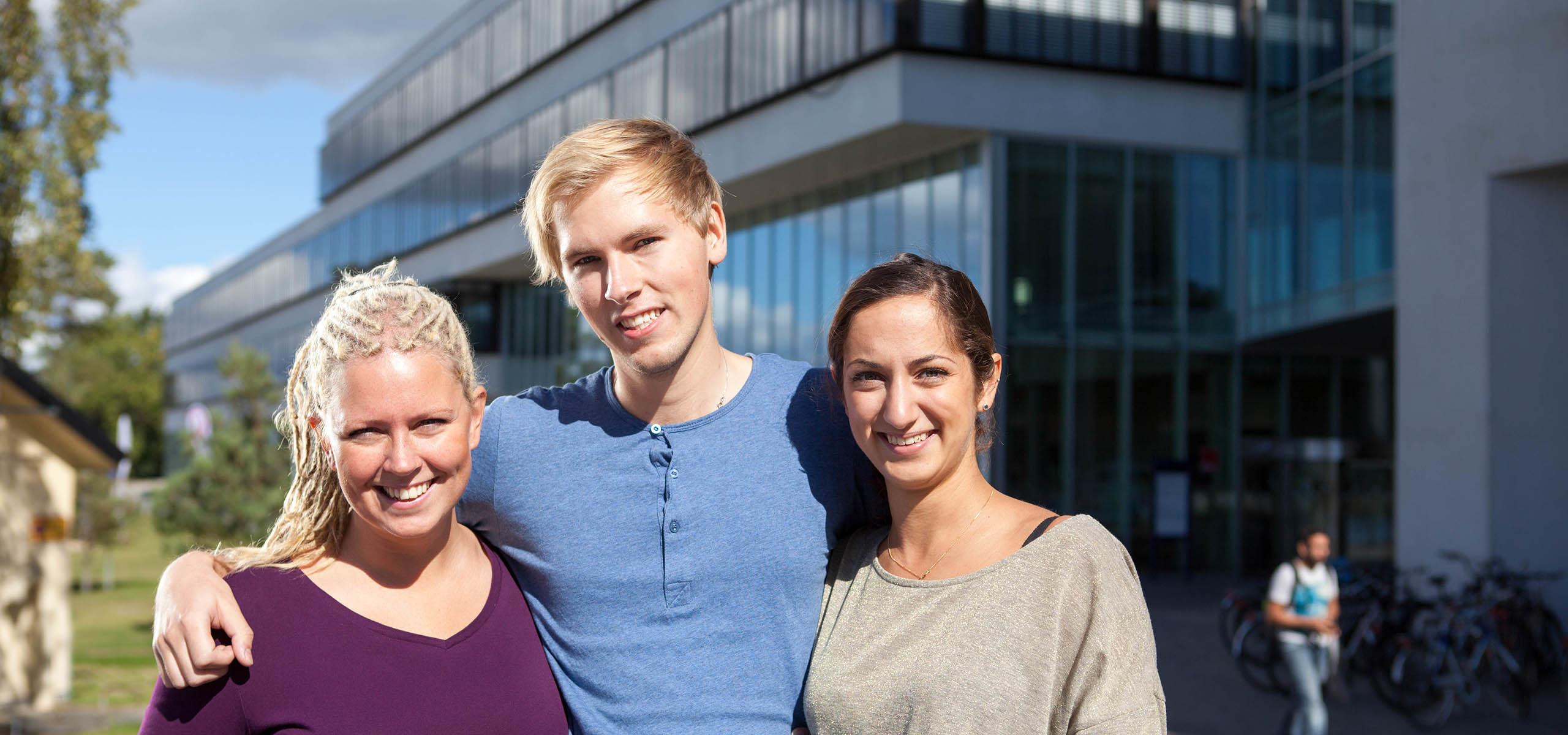 tre studenter utanför bth