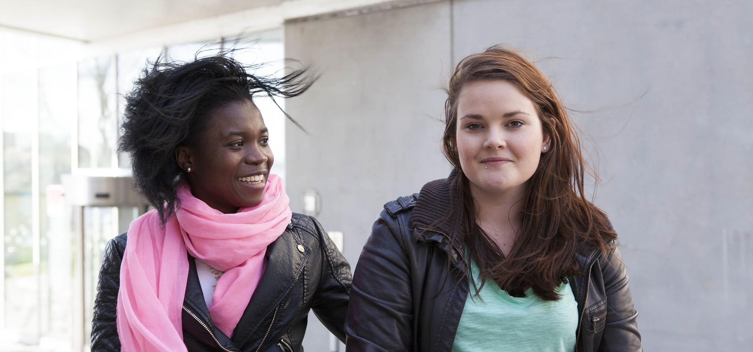 två kvinnliga studenter