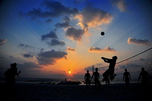 Foto av volleyboll match i solnedgång