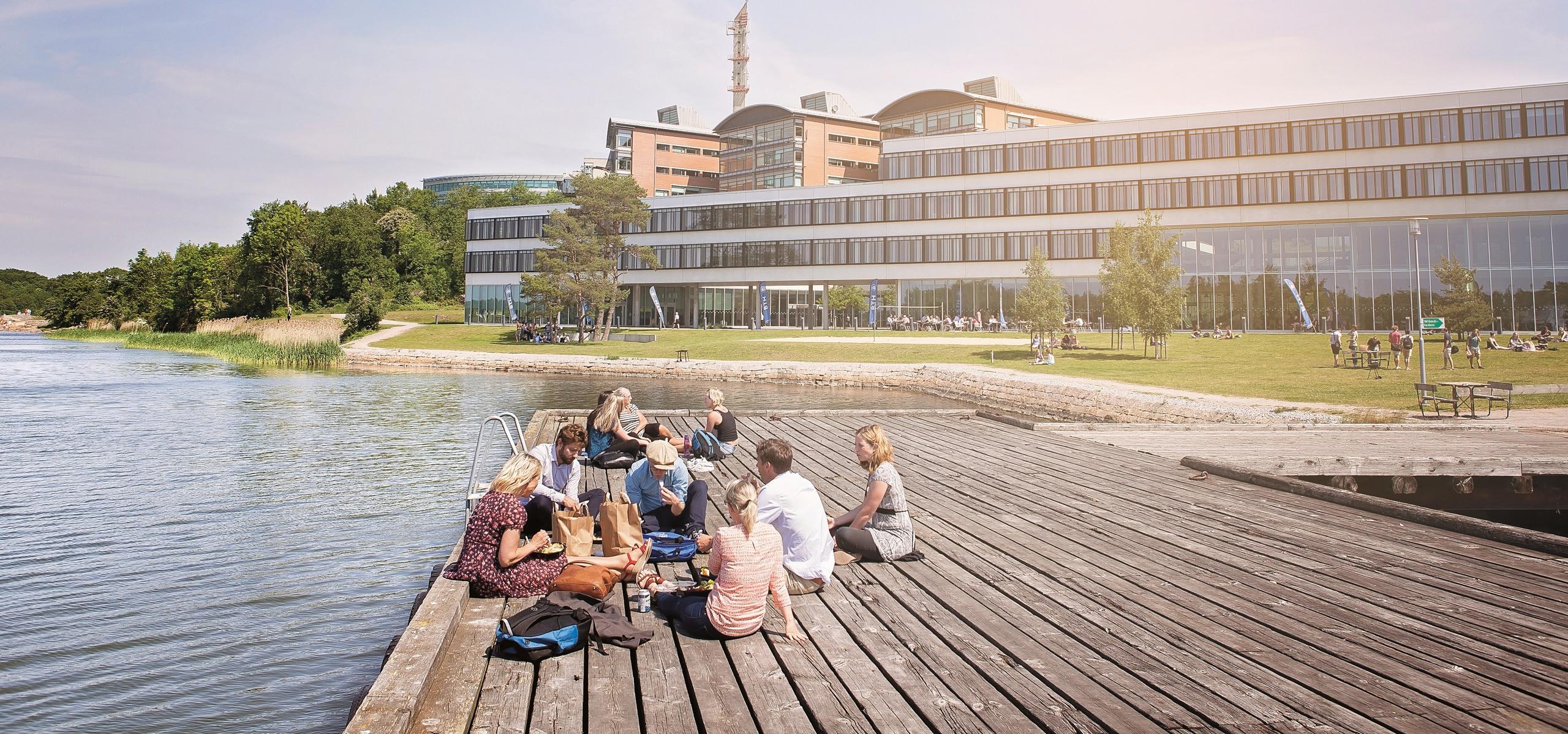 Foto på studenter på bryggan utanför Campus Gräsvik