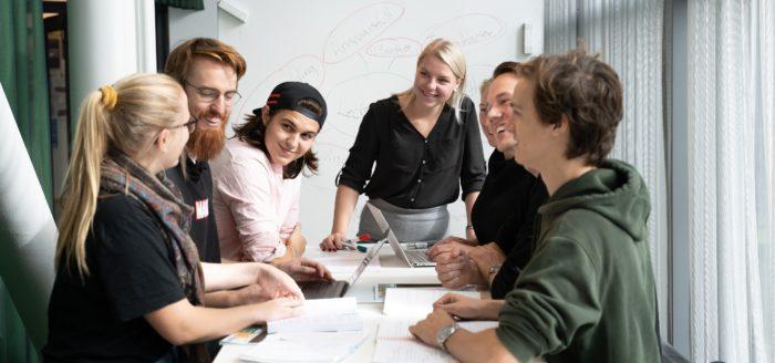 Sju studenter i ett grupparbete