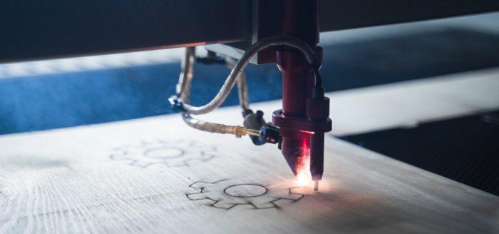 CNC maskin i maskinlabbet fräser ett kugghjul