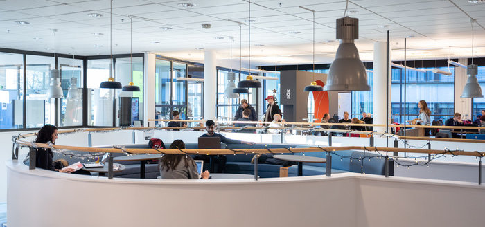 Foto inne på biblioteket vid Campus Gräsvik