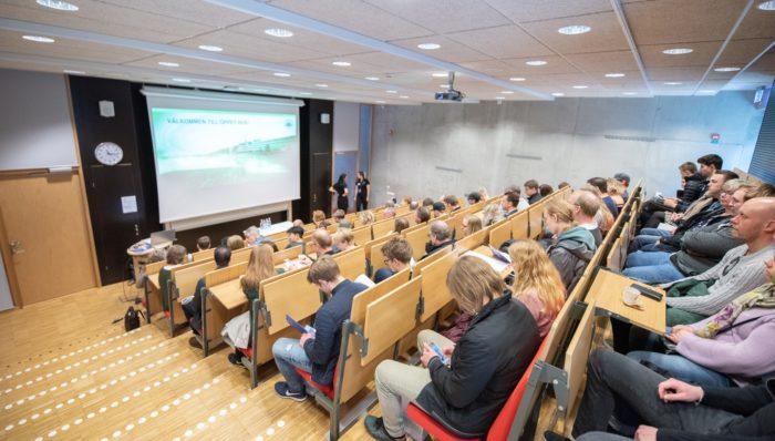 Foto med studenter i föreläsningssal