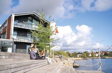 Foto på studenter på bryggan utanför Campus Karlshamn