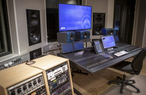 Foto från ljudstudion med mycket teknik och mixerbord