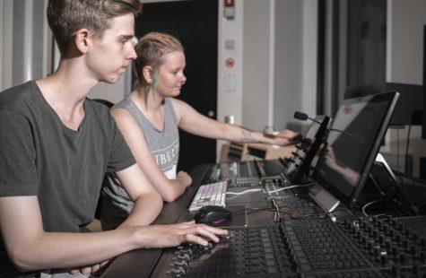 Foto på studenter som arbetar i musikstudion, Campus Karlshamn