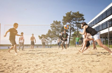 Foto på studenter som spelar volleyboll utanför Campus Gräsvik