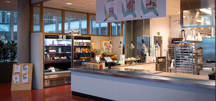Foto på disken i Bistro J, restaurangen på Campus Gräsvik