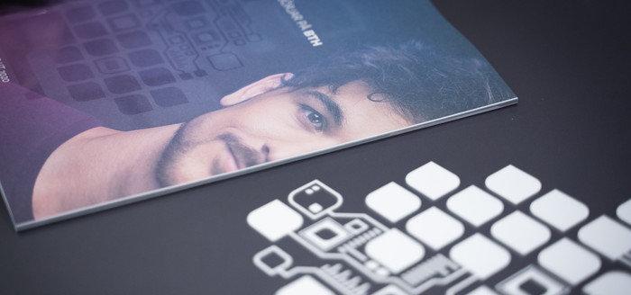 Foto på BTH:s utbildningskatalog och logotyp