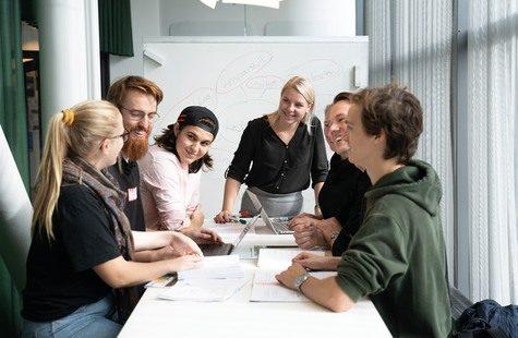 Foto på studenter i grupparbete