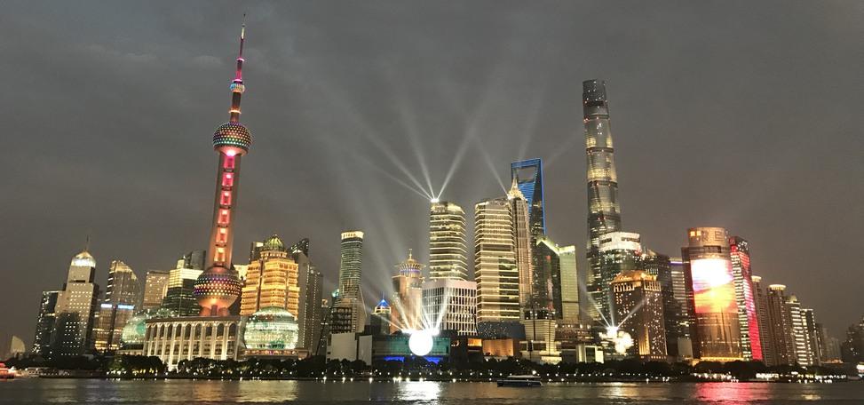 Shanghais stadsvy, med höga skyskrapor och många ljus