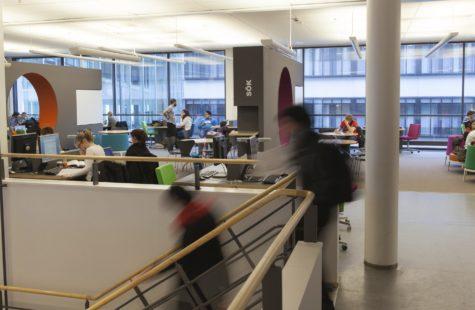Foto på studenter på biblioteket, Campus Gräsvik