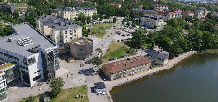 Flygfoto över parkeringarna på Campus Gräsvik