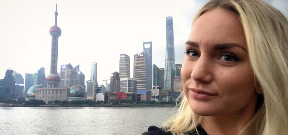 Selfie på Nathalie framför Shanghais skyskrapor