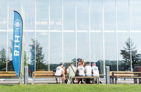 Studenter på bänk utanför campus