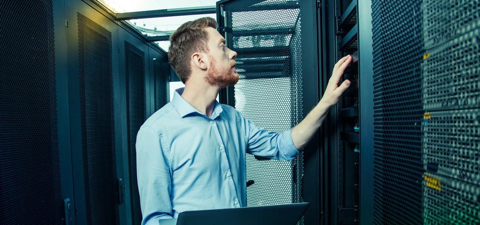 En man i skjorta arbetar i en datorhall