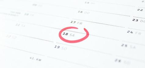 Närbild på kalender med inringat datum