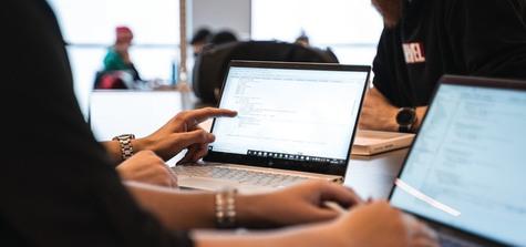 Närbild på studenter som arbetar med laptop