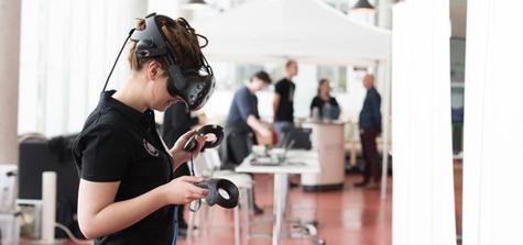 Student testar VR-spel på öppet hus