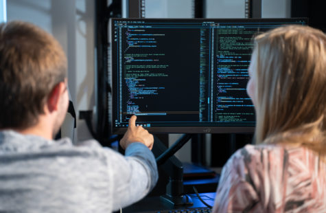 Två studenter framför en dataskärm