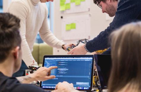 Studenter som samarbetar framför en laptop