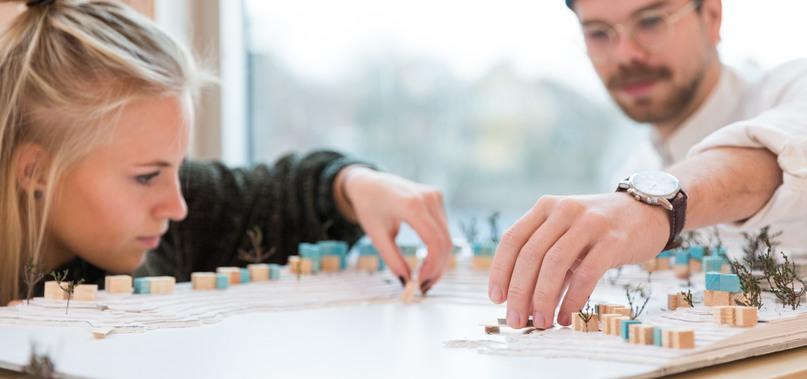 Två studenter arbetar med en modell