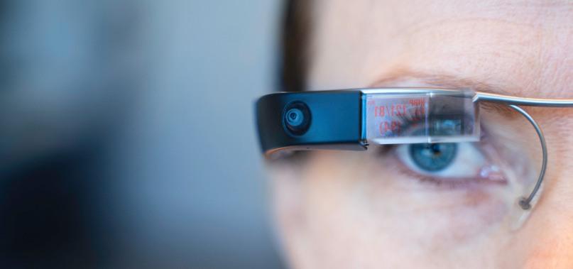 Närbild på sköterskas öga med smarta glasögon