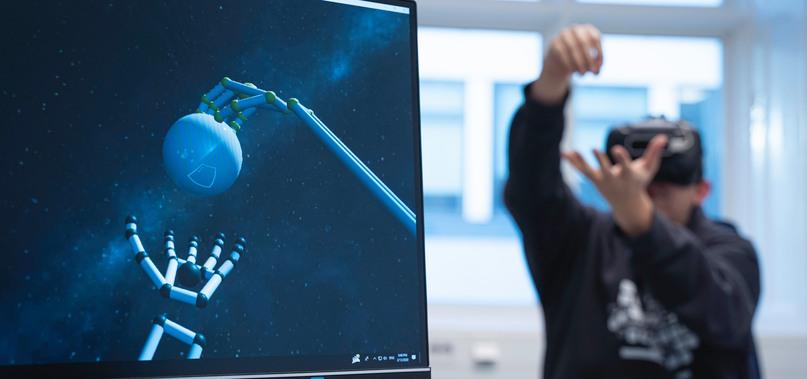 Person med VR-utrustning laborerar med en modell i VR