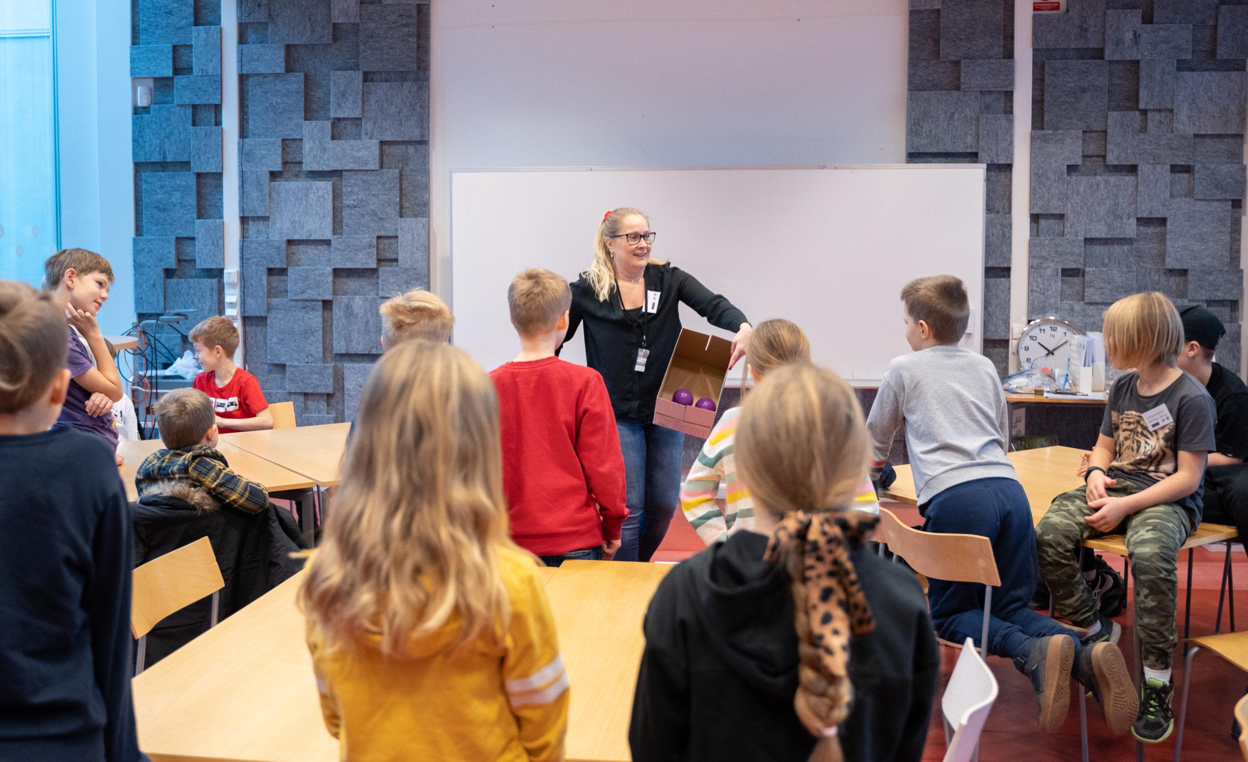 Bild på Linda Mattsson, lektor i matematik med en grupp unga elever under Möjligheternas dag