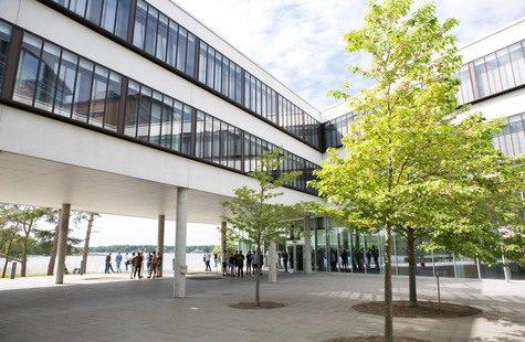 Foto från innergården på Campus Gräsvik