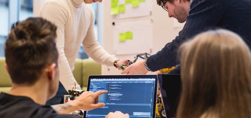 Studenter vid dator
