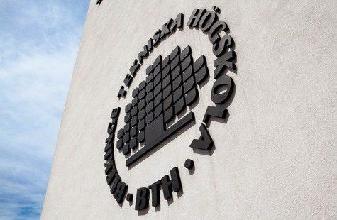 Bild på BTH:s logotyp på husfasad