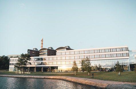 Bild på Campus Gräsvik från havet
