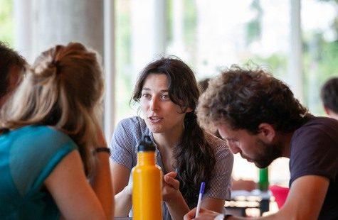 En grupp studenter sitter och samtalar