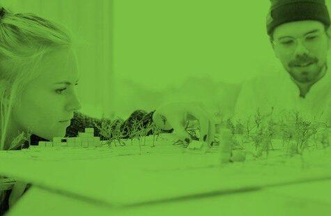 Foto på studenter framför en landskapsmodell