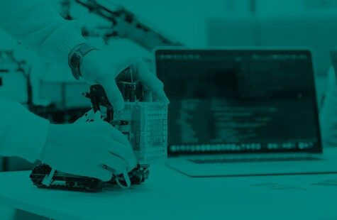 Foto på student med liten robot