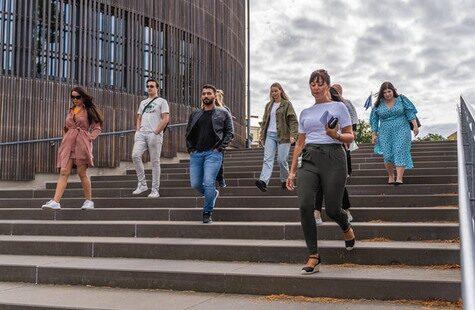Studenter går ner för trappa