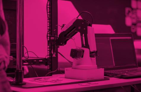 Foto på robot i studentlabb