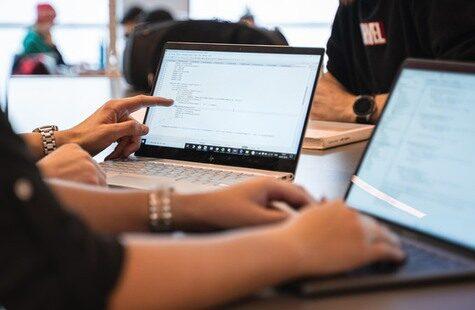 Studenter vid laptop