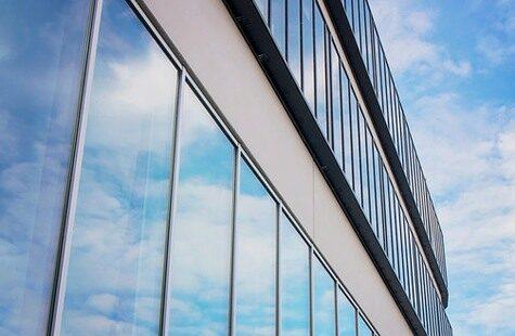Fasad med glasrutor